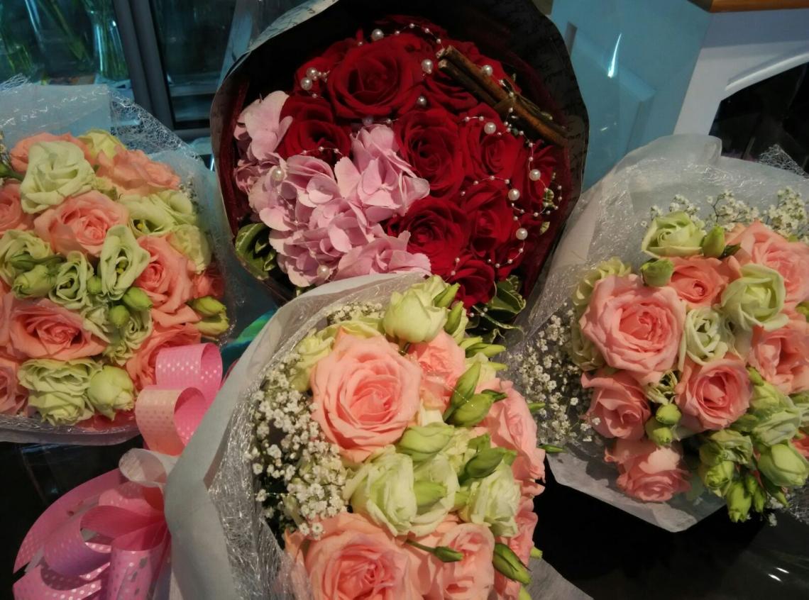 Fresh Cut Rose Flower Hand Bouquet